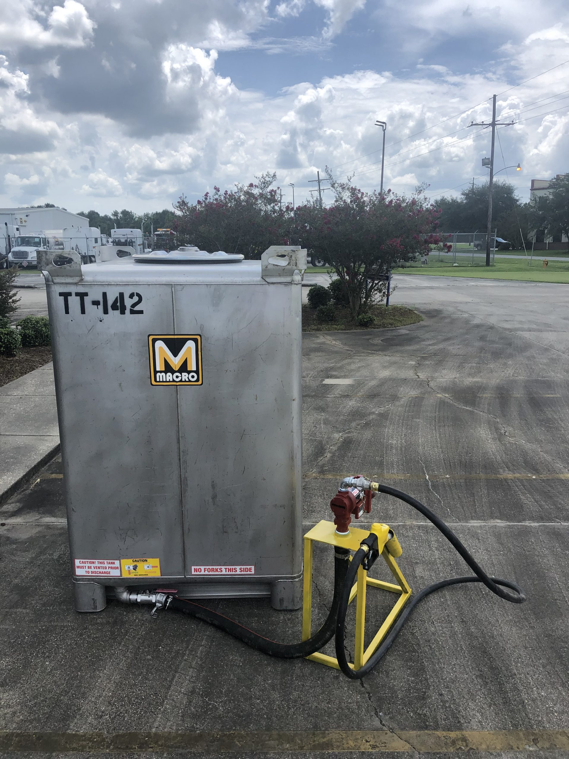 Tote tank (550 gal) with Pump